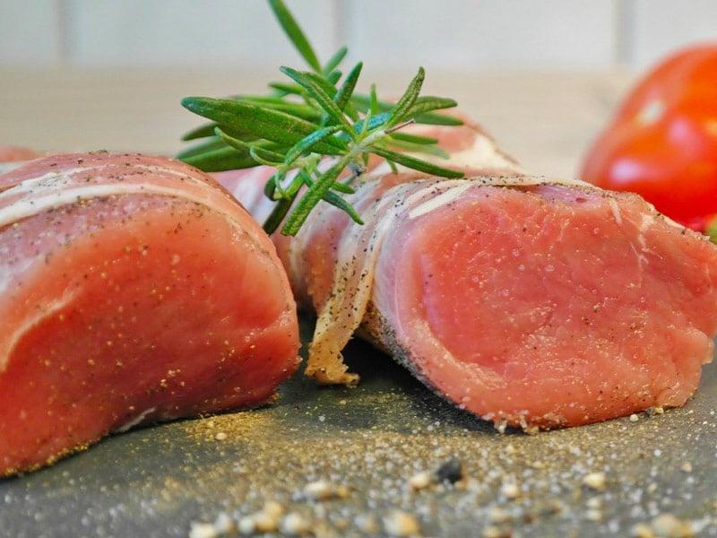 Roti de porc larde au romarin