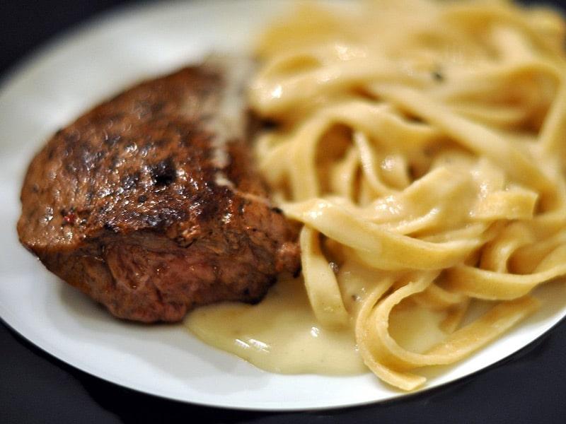 Pavé de viande de boeuf accompagné de tagliatelles sauce au roquefort