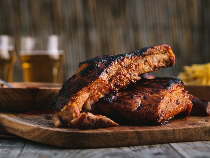 Ribs de porc marinés au sirop d'érable, cuits au barbecue