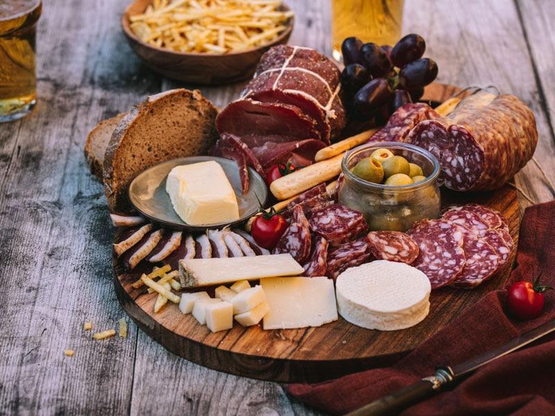 Plache apéritive 100% aveyronnaise, avec de la charcuterie et du fromage d'aveyron